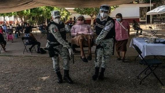 Các Sĩ quan Cảnh sát giúp đỡ trong một Trung tâm tiêm chủng cho người lớn tuổi, Thung lũng Mexico, Ecatepec, ngày 1 tháng 5 năm 2021. | Ảnh: Twitter / @PdPagina