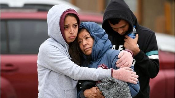 Các thành viên trong gia đình thương tiếc 6 người chết trong một bữa tiệc sinh nhật do nổ súng trong một ngôi nhà di động ở Colorado Springs, Colorado. @COPYRIGHTGETTY IMAGES