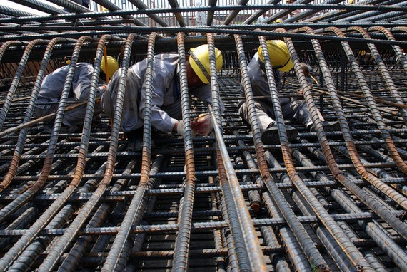 Giá các loại vật liệu xây dựng như sắt thép, xi măng, cát, đá,... biến động mạnh, có tác động đến các lĩnh vực khác nhau.