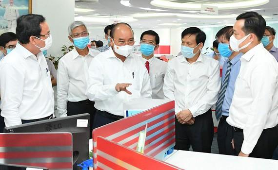 Chủ tịch nước Nguyễn Xuân Phúc, Bí thư Thành ủy TPHCM Nguyễn Văn Nên thăm Tòa soạn Báo SGGP. Ảnh: VIỆT DŨNG