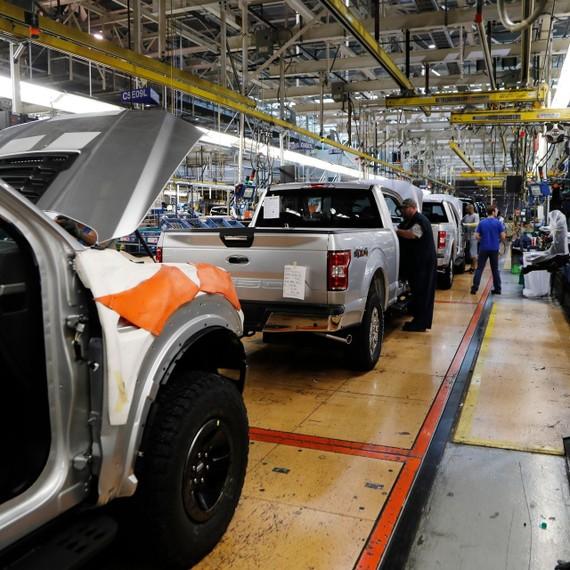 Tình trạng thiếu hụt chip trên toàn cầu khiến nguồn cung ôtô sụt giảm mạnh. Ảnh: Wall Street Journal.