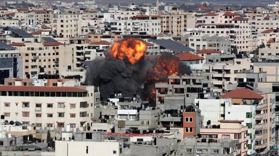 Khói và lửa bốc lên trong một cuộc không kích của Israel, giữa lúc bùng phát bạo lực giữa Israel và Palestine, ở thành phố Gaza ngày 14 tháng 5 năm 2021.