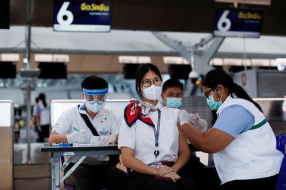 Điểm tiêm ngừa Covid-19 ở sân bay Suvarnabhumi của Thái Lan. Ảnh: Reuters