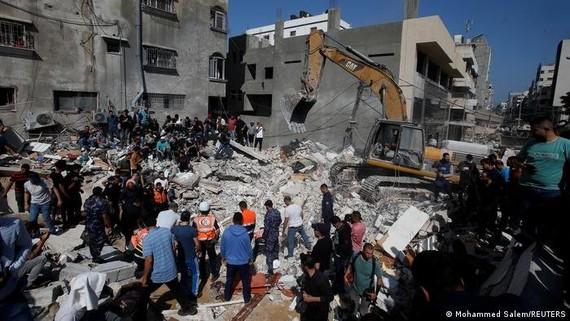 Sau mỗi đợt không kích của Israel, nhiều đống đổ nát mới ở Dải Gaza lại xuất hiện. Lực lượng cứu hộ phải chạy đua để tìm kiếm cả người còn sống lẫn người tử vong. (Nguồn: Reuters)