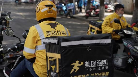 Một tài xế giao hàng của Meituan ngồi chờ đơn hàng tại Tô Châu. (Ảnh: TechNode / Shi Jiayi)