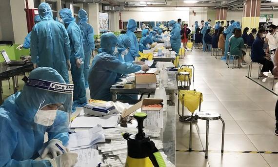 Bắc Giang dự kiến số mẫu xét nghiệm cho công nhân làm việc tại các khu, cụm công nghiệp và người có nguy cơ trong cộng đồng trên địa bàn tỉnh khoảng trên 300.000 mẫu. Ảnh: SKĐS