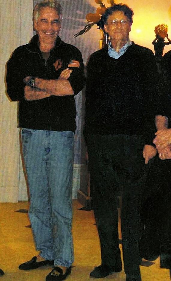 Bill Gates và Jeffrey Epstein tại nhà Epstein vào năm 2013.