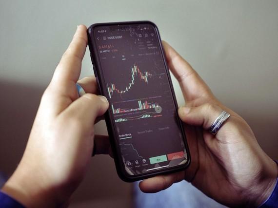 Các sàn giao dịch tập trung cũng chấp nhận những đồng tiền thường bị coi là trò đùa, và mang lại lợi nhuận thật cho nhiều người. Ảnh: Bloomberg.