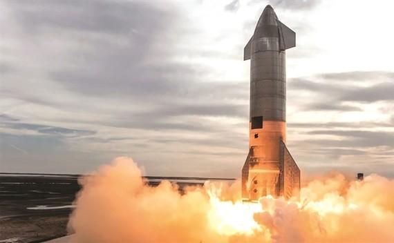 Ngày 5-5-2021 một phiên bản nguyên mẫu tên lửa Starship của SpaceX đã bay 10 km trên bầu trời Boca Chica tại bang Texas, Mỹ. Ảnh: TL