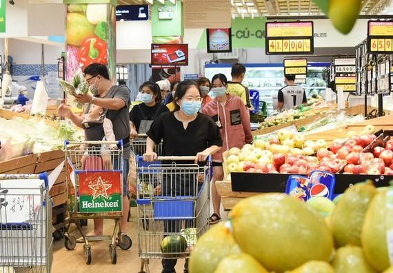 Thành phố yêu cầu giãn cách mua sắm tại các chợ, trung tâm thương mại, đẩy mạnh phòng chống dịch Covid-19 tại các địa điểm nguy cơ cao này. Ảnh: TN