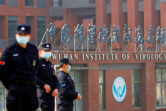 Trước cửa Viện nghiên cứu virus Vũ Hán. (Ảnh: Reuters)