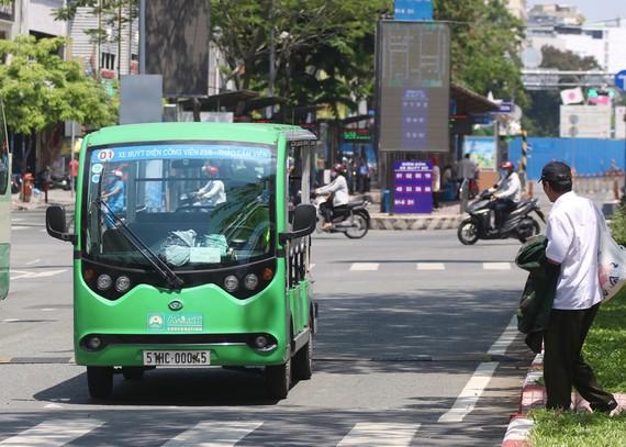 Xe điện 12 chỗ TP HCM thí điểm chạy ở đường Hàm Nghi, quận 1. Ảnh: Gia Minh.