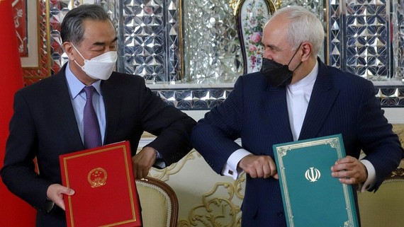 Bộ trưởng Ngoại giao Trung Quốc Vương Nghị và người đồng cấp Iran, Mohammad Javad Zarif, đã ký thỏa thuận hợp tác vào cuối tháng 3. Ảnh: Reuters