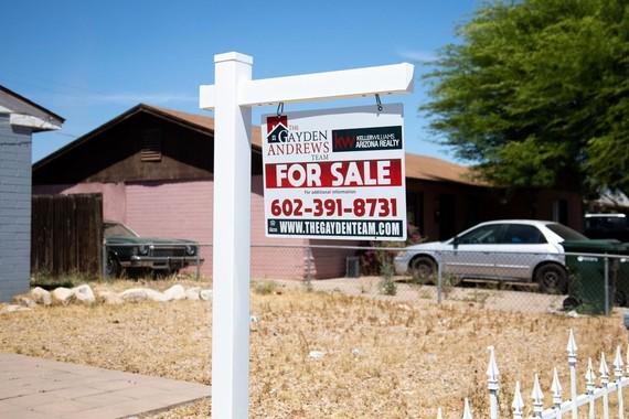 Một biển rao bán nhà tại Phoenix, Arizona, Mỹ. Ảnh: Bloomberg.