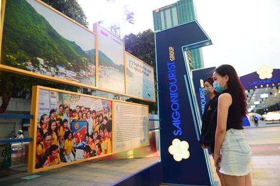 Người dân xem triển lãm ảnh về 12 huyện đảo của đất nước do Saigontourist Group tổ chức năm 2020. Ảnh: QUANG ĐỊNH