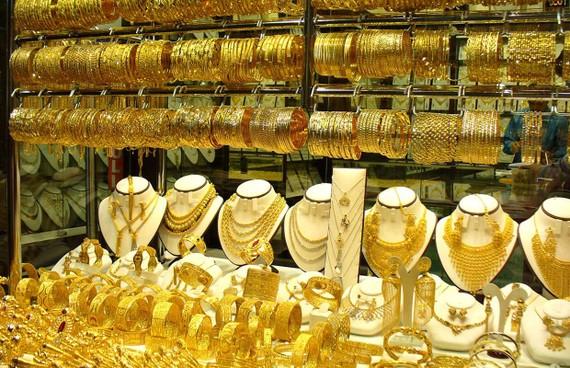 """Giá vàng trong nước """"lẽo đẽo"""" theo vàng thế giới nhiều khả năng sẽ tiếp diễn."""