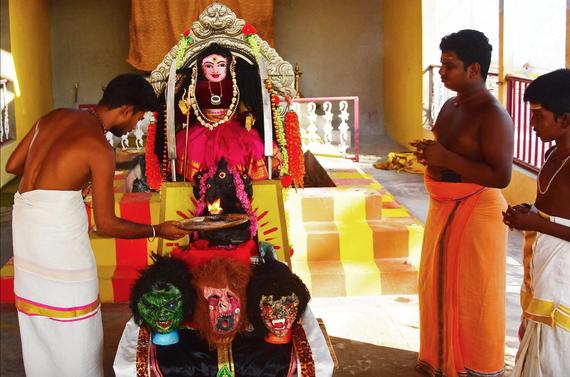 Những người theo đạo Hindu thực hiện nghi lễ cầu nguyện trước một thần tượng được người dân địa phương gọi là 'Corona Devi'. Ảnh: AFP
