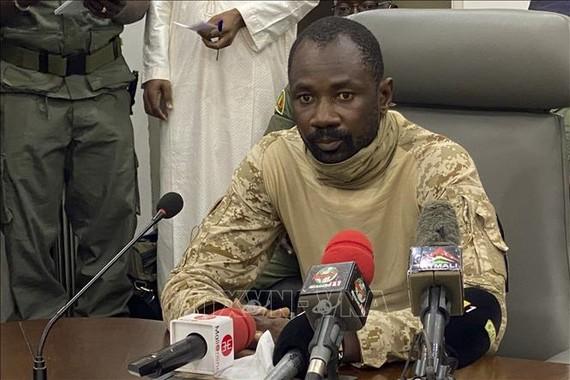 Đại tá quân đội Mali Assimi Goita trong cuộc họp báo tại Bamako sau cuộc binh biến, ngày 19/8/2020. Ảnh: AFP/TTXVN