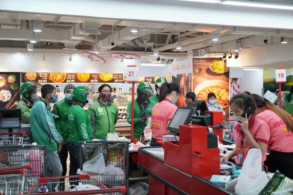 Lực lượng giao hàng tập trung đông đúc tại các siêu thị, điểm giao hàng khi người dân chuyển sang mua sắm online. Ảnh: Central Group