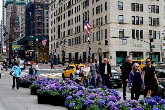 Đường phố ở Manhattan ngày càng đông đúc. Ảnh: New York Times.