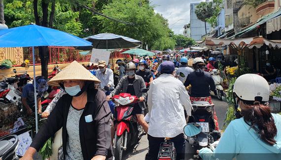 Người dân nhích từng chút một tại chợ Bà Chiểu (quận Bình Thạnh) mua đồ cúng Tết Đoan ngọ sớm. Ảnh: Hồng Phúc.