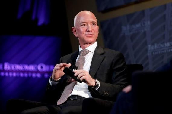 Tỷ phú Jeff Bezos, nhà sáng lập Hãng công nghệ vũ trụ Blue Origin và là giám đốc điều hành Tập đoàn Amazon.com. Ảnh: REUTERS