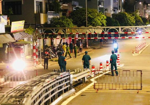 Chốt chặn tại điểm cầu sắt An Phú Đông hướng từ quận Gò Vấp đi quận 12 và ngược lại. Ảnh: CHÂU TUẤN