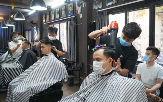 Dịch vụ gội đầu cắt tóc, sửa chữa đồ dùng gia đình... đều phải chịu thuế từ ngày 1-8-2021. Ảnh: Người lao động