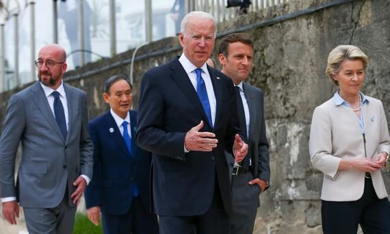 Tổng thống Joe Biden (giữa) và các lãnh đạo G7 tại Cornwall, Anh hôm 11/6. Ảnh: Bloomberg.