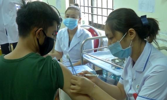 Tiêm vắc xin phòng Covid-19 cho một chiến sĩ quân đội tại Côn Đảo. Ảnh: Đ.H.