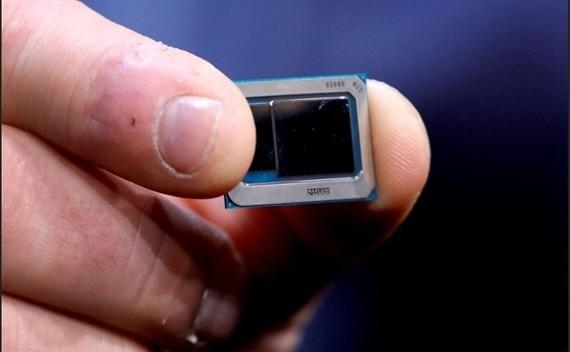 Một chip Intel Tiger Lake được trưng bày tại CES 2020 ở Las Vegas. Ảnh: Reuters.