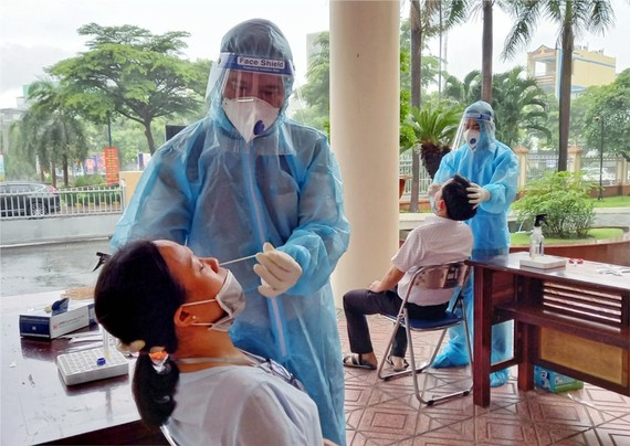 Người lao động phải có kết quả xét nghiệm âm tính với SARS-CoV-2 trước khi  đến nơi ở tập trung làm việc trong suốt quá trình doanh nghiệp thực hiện vừa cách ly, vừa sản xuất. Ảnh: HCDC