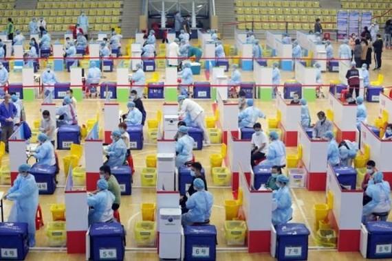 Một điểm tiêm chủng vaccine Covid-19 ở Đông Hoản, tỉnh Quảng Đông, Trung Quốc. Ảnh: Getty