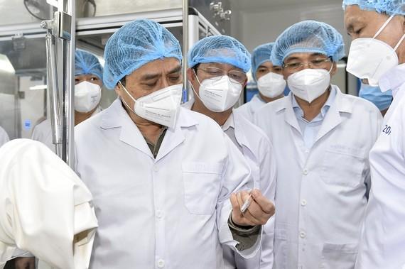 Thủ tướng trong chuyến làm việc tại Công ty Nanogen. Ảnh: Đoàn Bắc.