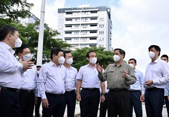 Đoàn công tác do Thủ tướng Chính phủ Phạm Minh Chính làm trưởng đoàn đã đến kiểm tra công tác phòng, chống dịch tại Khu cách ly Ký túc xá Đại học Quốc gia TPHCM. Ảnh: Zing