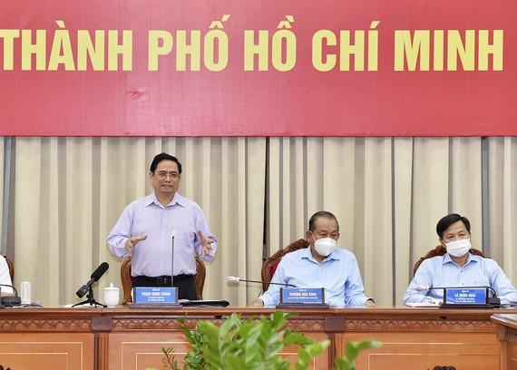 Thủ tướng lưu ý TP Hồ Chí Minh phải phân tích kỹ hơn, xác định rõ nguồn lây nhiễm trong khu cách ly, trong cộng đồng để đưa ra giải pháp phù hợp. Ảnh: VGP/Nhật Bắc