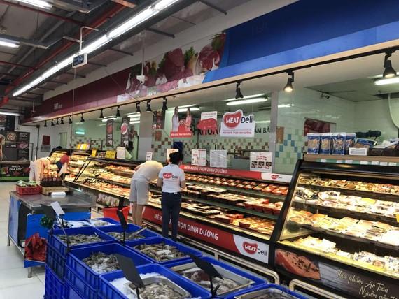 Lượng khách mua trực tiếp tại các siêu thị, cửa hàng bán lẻ thực phẩm không còn đông đúc mà chuyển sang hình thức chọn thực phẩm trực tuyến, giao hàng tận nhà. Ảnh: K. Ngân