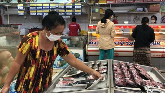 Hàng trăm đầu mối cam kết cung ứng thực phẩm cho TPHCM, nguồn cung đang tăng mạnh. Ảnh: Satra