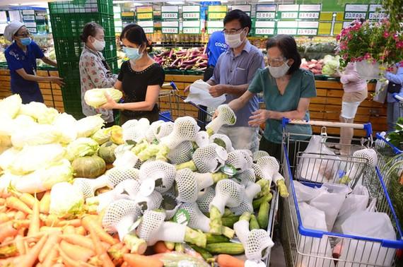 Người dân mua thực phẩm tại siêu thị Co.opmart Nguyễn Kiệm sáng 8-7. Ảnh: QUANG ĐỊNH