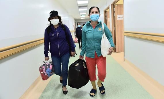 Những bệnh nhân từng rơi vào nguy kịch, sau quá trình điều trị đã được xuất viện tại Bệnh viện hồi sức COVID-19 - Ảnh: DUYÊN PHAN