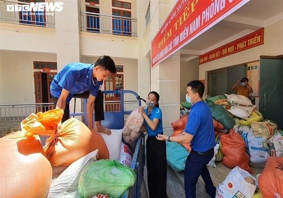 Người dân ở Hà Tĩnh tổ chức quyên góp nông sản, hàng hóa, lương thực, nhu yếu phẩm nhằm hỗ trợ đồng bào miền Nam vượt qua đại dịch Covid-19.