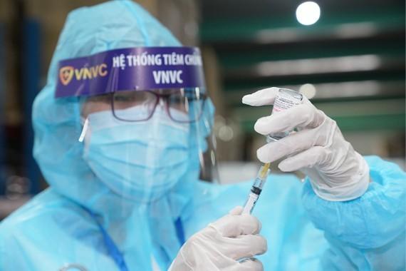 Nhân viên y tế chuẩn bị tiêm vaccine cho người dân.