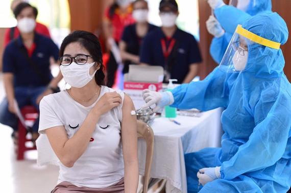 Tỷ lệ người trên 18 tuổi được tiêm vắc xin là một trong những tiêu chí để mở cửa trở lại TPHCM. Ảnh: Quang Định.