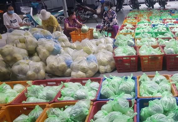 Combo nông sản theo phát động của Tổ công tác 970 Bộ NN&PTNT được đóng gói để vận chuyển từ các tỉnh về TPHCM tiêu thụ. Ảnh: N.Thúy.