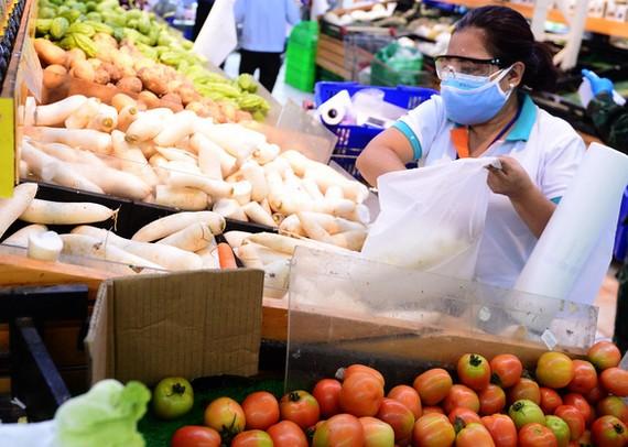 Nhiều mặt hàng thực phẩm thiết yếu vẫn còn neo ở giá cao. Ảnh: Q.Định