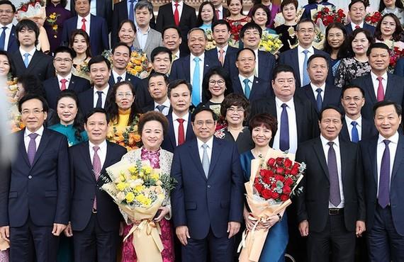 Thủ tướng Phạm Minh Chính chụp ảnh lưu  niệm cùng các đại biểu nữ doanh nhân trong cuộc gặp mặt doanh nhân ngày 12-10.