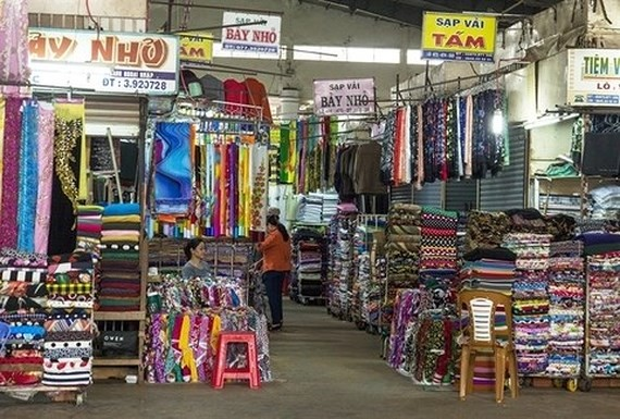 Kiosks selling fabric products at a market in Kien Giang province (Photo: VNA)