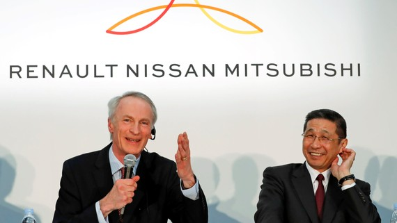 Renault Chairman Jean-Dominique Senard, left, and Nissan CEO Hiroto Saikawa at a news conference in Yokohama on March 12.   © Reuters