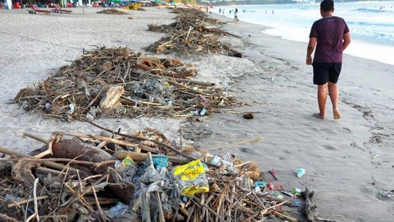 Plastic waste litters a beach in Bali: The Indonesian government will implement a trial ban on plastic bags on the island from July. JAKARTA/BANGKOK