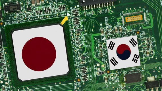 Semiconductors form a close link between the high-tech economies of Japan and South Korea. (Nikkei montage)
